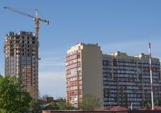 Twee gebouwen van verschillende architecturale stijlen Stock Fotografie