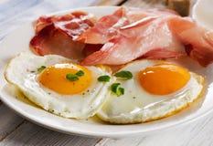 Twee gebraden eieren en bacon voor gezond ontbijt Stock Afbeeldingen