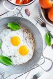 Twee gebraden eieren rustiek ontbijt Royalty-vrije Stock Foto