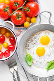 Twee gebraden eieren rustiek ontbijt Royalty-vrije Stock Afbeeldingen