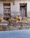 Twee gebroken vensters en grunge steenbakstenen muur in het verlaten district van Darb Gr Labana, Kaïro, Egypte stock fotografie