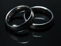 Twee gebruikte trouwringen op zwarte achtergrond Royalty-vrije Stock Fotografie