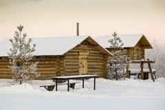 Twee gehakte houten hutten bij het kamp van de jagers stock foto's