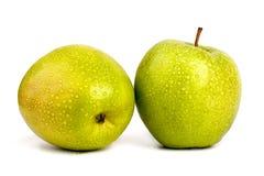 Twee gehele grote groene appelen in waterdalingen op witte achtergrond geïsoleerde dicht omhoog macro hoogste mening royalty-vrije stock afbeeldingen