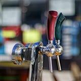 Twee gekleurde bierkranen Royalty-vrije Stock Afbeelding