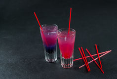 Twee gekleurde dranken, een combinatie van donkerblauw met purple, Royalty-vrije Stock Afbeelding