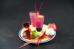 Twee gekleurde dranken, een combinatie van donkerblauw met purple, Stock Afbeeldingen