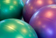 Twee gekleurde oefeningsballen met hun bezinningen Stock Afbeeldingen