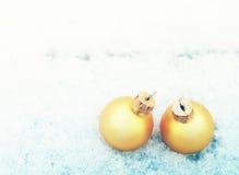 Twee gele ballen van Kerstmis Royalty-vrije Stock Foto's