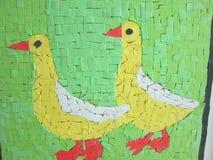 Twee gele eenden op een groene achtergrond Stock Foto's