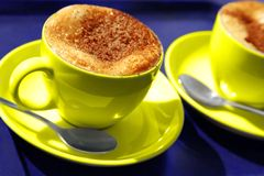 Twee gele koffiekoppen Royalty-vrije Stock Afbeeldingen