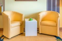 Twee gele leunstoelen en koffietafel Royalty-vrije Stock Afbeeldingen