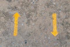 Twee gele manierpijl die in tegenovergesteld richtingensymbool richten royalty-vrije stock foto