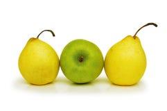 Twee gele peren en groene app Stock Fotografie