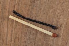 Twee gelijken gebrande en andere onverbrand geïsoleerd op houten achtergrond royalty-vrije stock foto