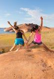 Twee gelukkige en Springende Meisjes Stock Foto