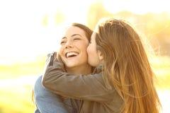 Twee gelukkige en vrienden die koesteren kussen Stock Foto