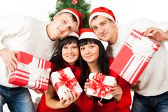 Twee gelukkige familieparen met giftdozen Stock Foto's