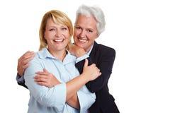 Twee gelukkige glimlachende vrouwen stock afbeeldingen