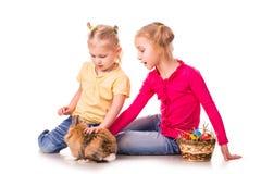 Twee gelukkige jonge geitjes met Pasen konijntje en eieren. Gelukkige Pasen Royalty-vrije Stock Fotografie
