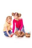 Twee gelukkige jonge geitjes met Pasen konijntje en eieren. Gelukkige Pasen Royalty-vrije Stock Foto