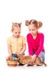 Twee gelukkige jonge geitjes met Pasen konijntje en eieren. Gelukkige Pasen Royalty-vrije Stock Foto's