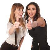 Twee gelukkige jonge vrouwen met omhoog thimbs Royalty-vrije Stock Foto's