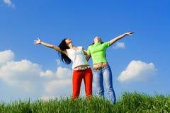 Twee gelukkige jonge vrouwendromen royalty-vrije stock foto
