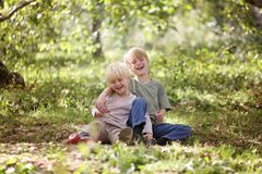 Twee Gelukkige Kinderen die buiten in het Bos lachen stock foto