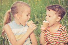 Twee gelukkige kinderen die in park spelen Royalty-vrije Stock Fotografie