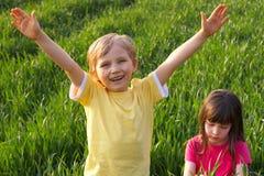 Twee Gelukkige Kinderen in Weide Royalty-vrije Stock Afbeeldingen
