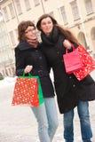 Twee gelukkige meisjes die fter winkelen Stock Foto