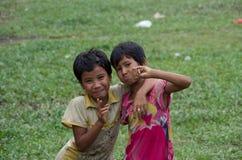 Twee gelukkige meisjes die rond in Mrauk-U, Myanmar voor de gek houden royalty-vrije stock afbeeldingen