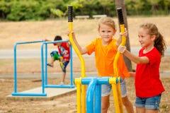 Twee gelukkige meisjes op de speelplaats Stock Fotografie