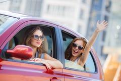 Twee gelukkige meisjes reizen in de auto Royalty-vrije Stock Foto's