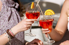 Twee gelukkige meisjes terwijl zij een cocktail drinken royalty-vrije stock foto