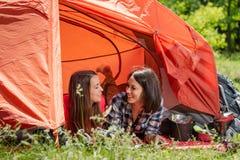 Twee gelukkige meisjes van de wandelaartoerist in tent royalty-vrije stock afbeeldingen