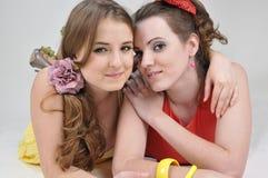 Twee gelukkige meisjesvrienden. Stock Foto's