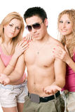 Twee gelukkige mooie blondevrouwen met de jonge mens Stock Fotografie