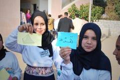 Twee Gelukkige Moslimmeisjes die Arabische woorden houden Royalty-vrije Stock Afbeeldingen