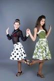 Twee gelukkige retro-gestileerde meisjes Royalty-vrije Stock Afbeeldingen