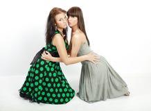 Twee gelukkige studentenmeisjes Stock Afbeeldingen