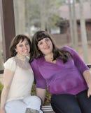 Twee gelukkige tienermeisjes Stock Afbeeldingen