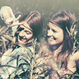 Twee gelukkige tienermeisjes in een de zomerbos Stock Fotografie