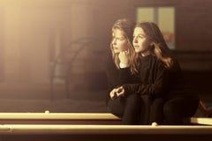 Twee gelukkige tienermeisjes op de speelplaats Royalty-vrije Stock Afbeeldingen