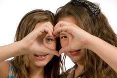 De gelukkige Meisjes tonen Zusterlijke Geïsoleerdek Liefde Stock Afbeeldingen