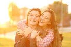 Twee gelukkige vrienden die u bekijken royalty-vrije stock afbeeldingen