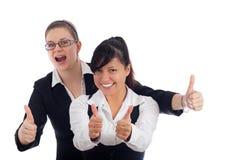 Twee gelukkige vrouwen beduimelt omhoog Stock Afbeelding