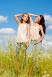 Twee gelukkige vrouwen die van zon in openlucht genieten Royalty-vrije Stock Fotografie