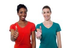 Twee gelukkige vrouwen met omhoog duimen royalty-vrije stock foto's